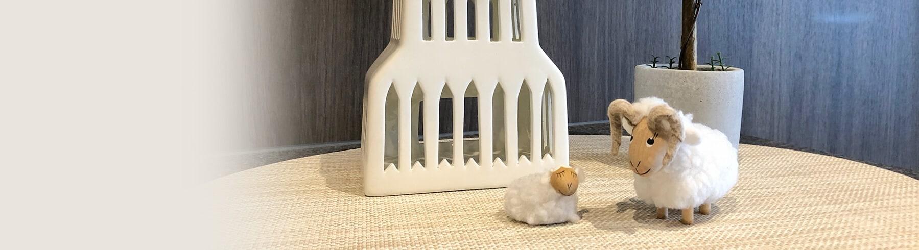 羊と建物の置物